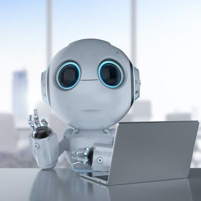 Kleiner Roboter am Laptop